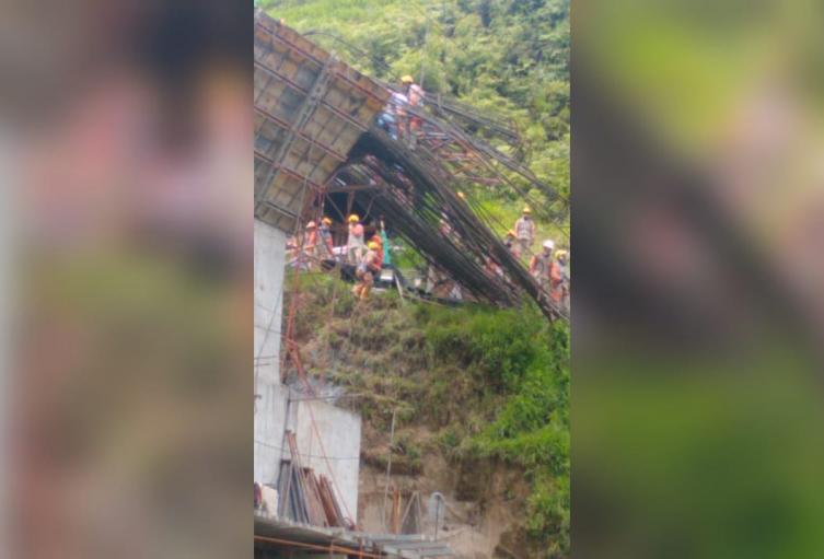 El siniestro ocurrió por el desplome de una columna de un puente en Santo Domingo.