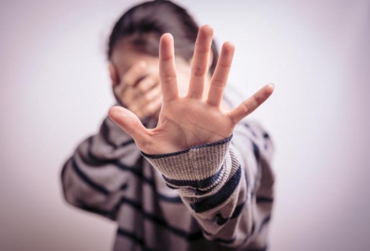 La obligaba a planificar para abusar de su propia hija de 13 años en Medellín