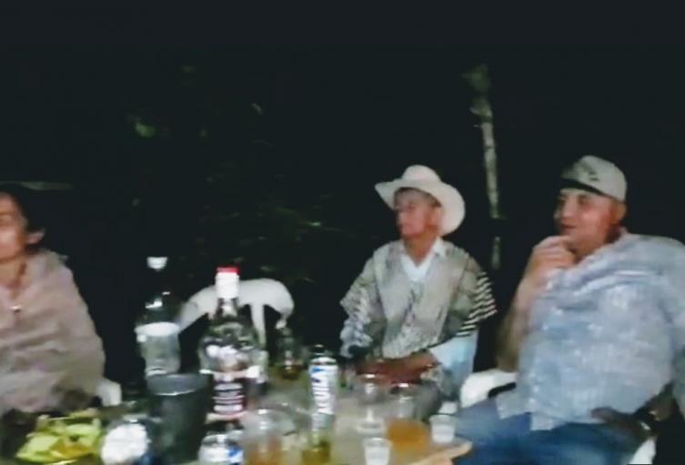 Concejales y funcionarios de la alcaldía de Angelópolis, Antioquia los cogieron reunidos tomando licor