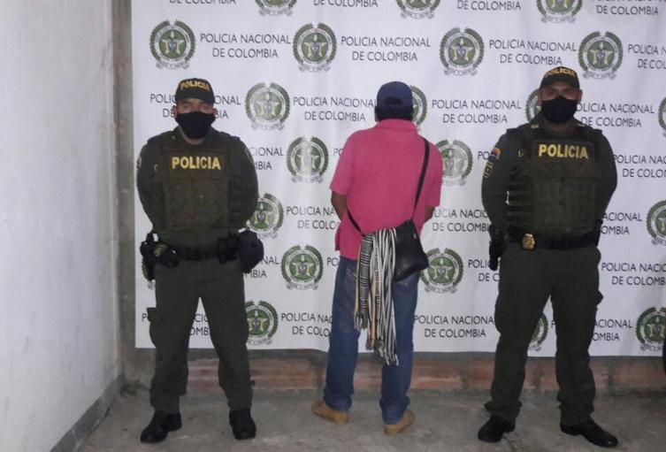 El muy valiente, cogió a puñetazos a su esposa y sus 2 hijas de 18 y 15 años en Guatapé, Antioquia