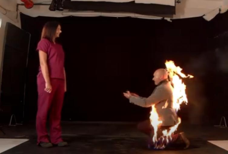 Hombre pide matrimonio envuelto en llamas