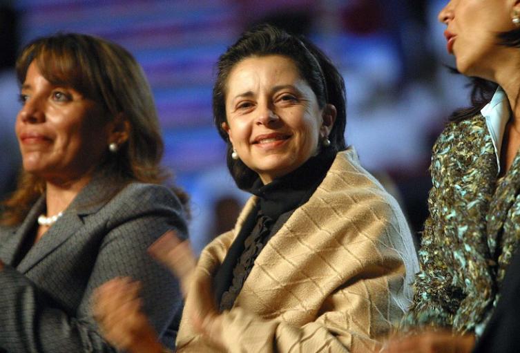Jueces permiten que sean los intereses políticos los que dicten sentencia: Esposa de Uribe