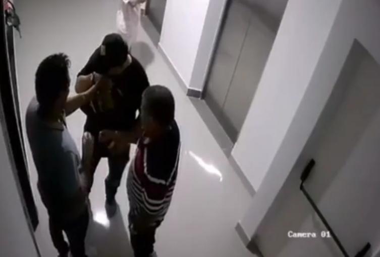 En otro video que circula se vería también cómo estaban consumiendo alucinógenos en los pasillos del edificio.