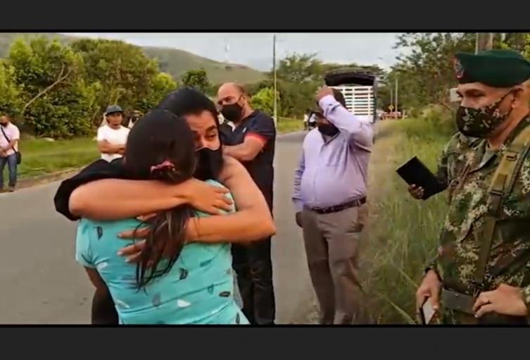 Abrazo entre la familia de Juliana Giraldo y la del soldado que le disparó