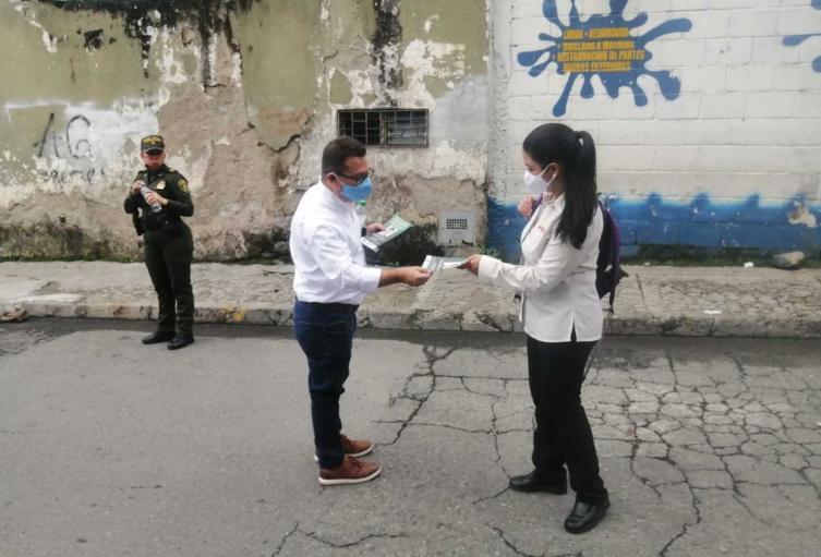 Entrega de volantes en el suroccidente de Medellín.