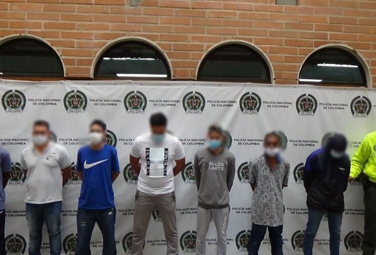 La policía capturó a siete hombres y aprendió a dos menores de edad.