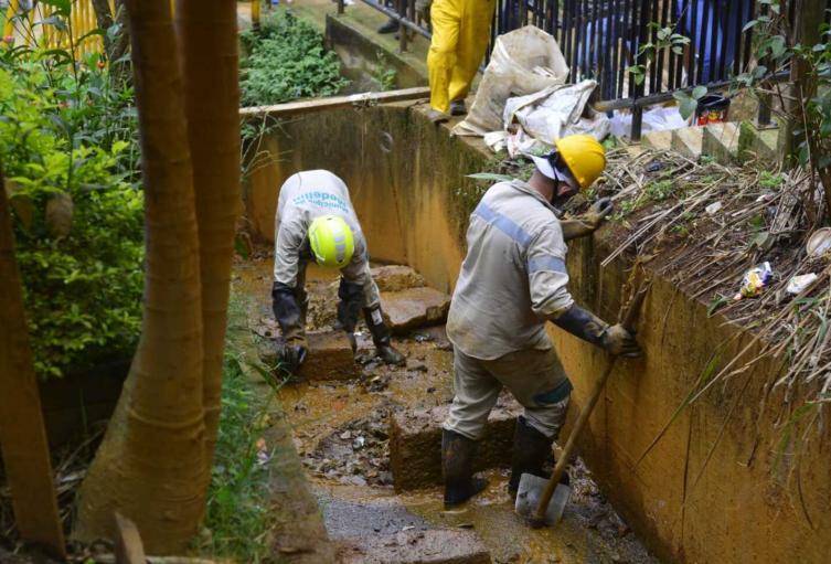 Mantenimiento en las quebradas de Medellín.