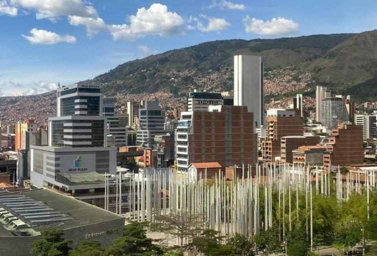 El comercio en Medellín seguirá funcionando con pico y cédula.