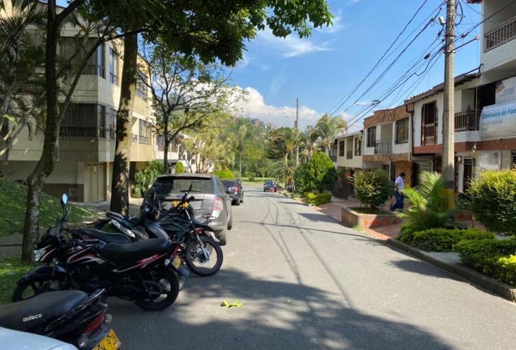 Metido en bolsas hallan cadáver con 18 puñaladas en el barrio Belén de Medellín