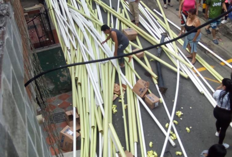 Una carga de tubos de PVC le cayó encima a una mujer de 63 años, la victima falleció en un hospital de Medellín