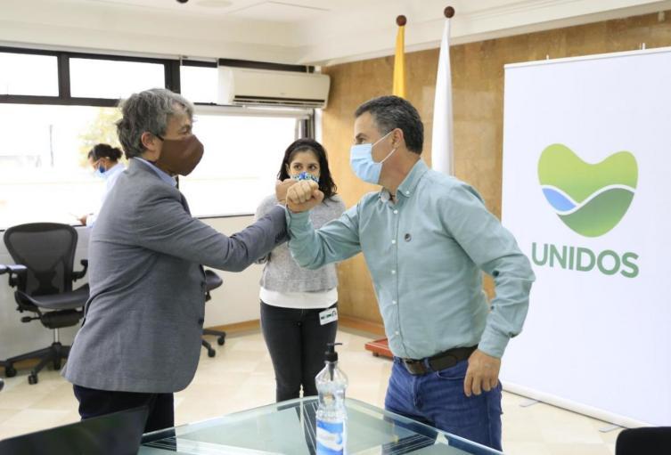 El director del Dane, Juan Daniel Oviedo, entrega informe al gobernador de Antioquia, Aníbal Gaviria.
