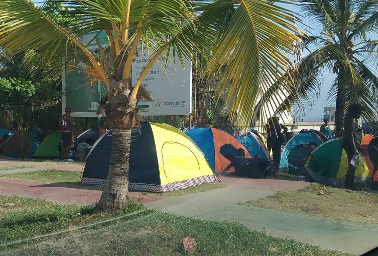 Los migrantes permanecen en carpas a orillas de las playas de Necoclí.