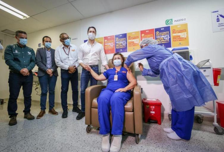 Alba Rocío Montoya, la primera persona vacunada en Medellín.