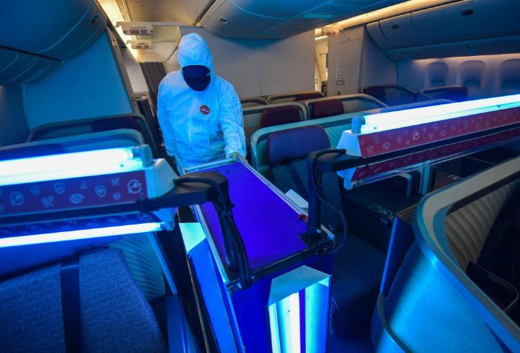 Avión siendo desinfectado durante pandemia