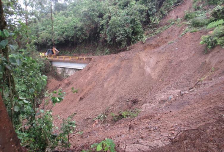 Derrumbe en la vía principal de Caramanta, Antioquia.