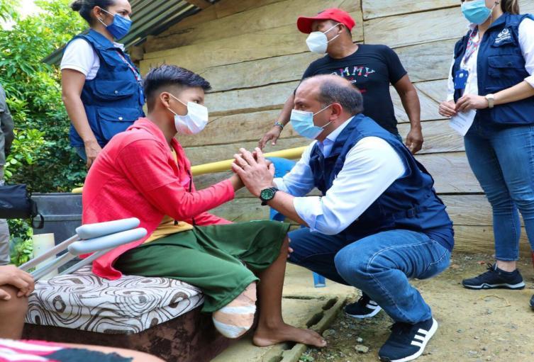 El defensor del Pueblo, Carlos Camargo, visitó a niño indígena víctima de una mina en Antioquia.
