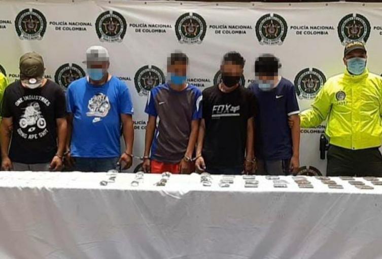 A los detenidos se les hallaron cerca de dos mil dosis de estupefacientes.