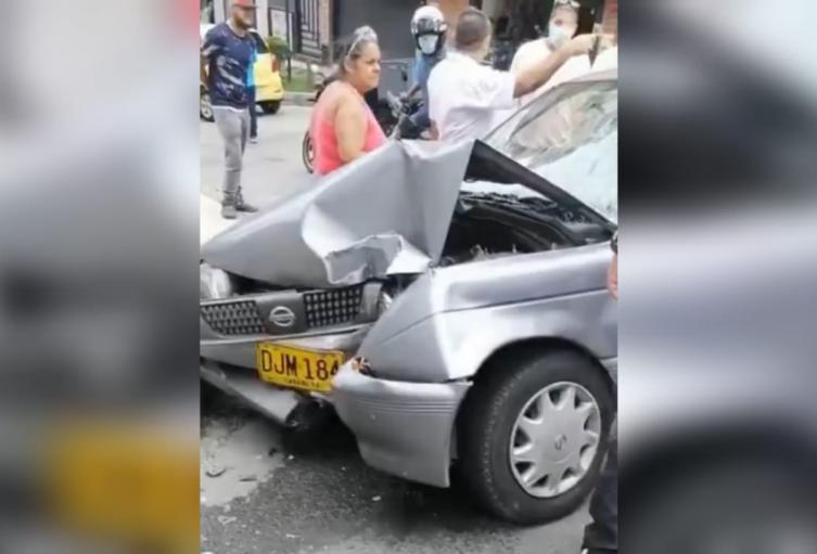 El automotor impactó contra un poste que no dejó personas lesionadas.