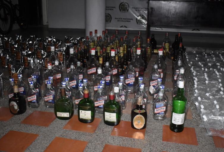 Más de 900 unidades de licor falsificado y 297 botellas de licor de contrabando fueron decomisadas en este operativo.