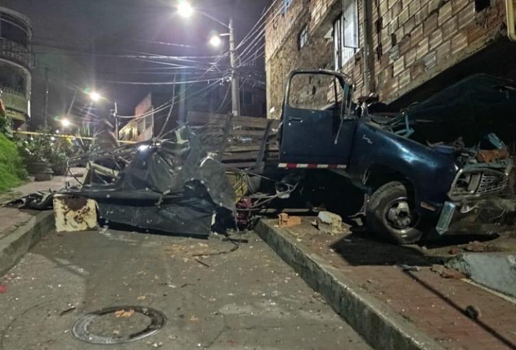 Conductor de camioneta llena de chatarra murió decapitado al chocar contra una casa