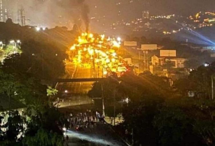 En medio de enfrentamientos con el Esmad, manifestantes incendiaron el 'peajito social'.