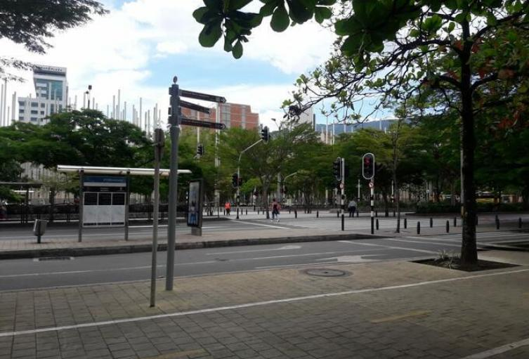 Imagen referencial del toque de queda continuo en Medellín.