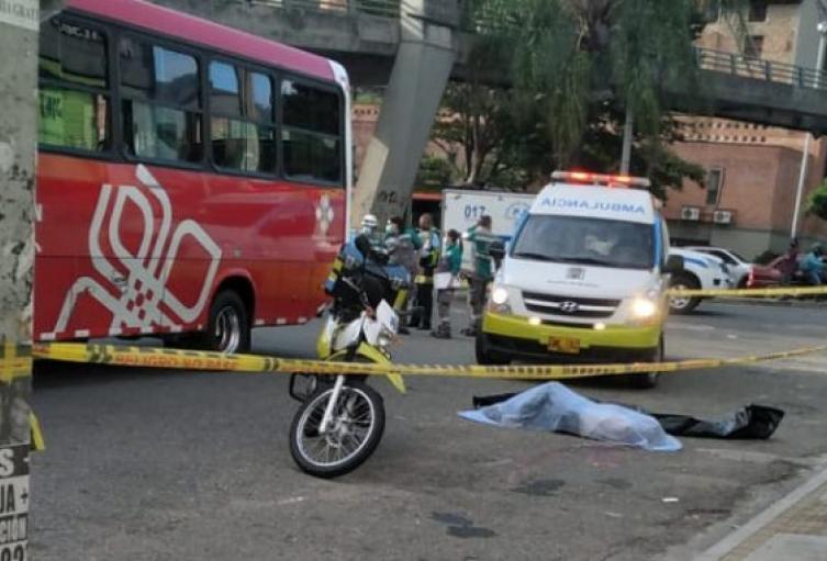 Un hombre murió al ser embestido por un bus en el centro de Medellín