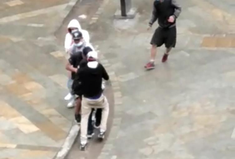 Delincuentes se lanzan en jauría para hurtar a joven en Medellín