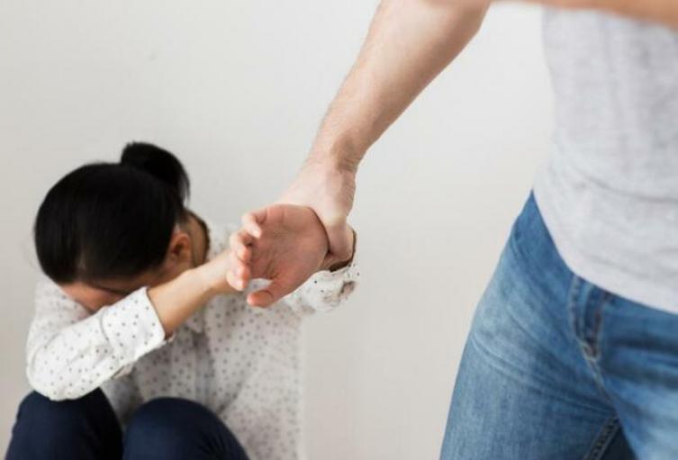 Golpeó brutalmente a su novia embarazada de 16 años por su perfil en una red social