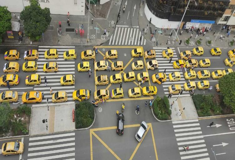 Caravana de taxistas en Medellín.