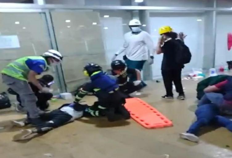 Atención de heridos tras disturbios en Medellín.