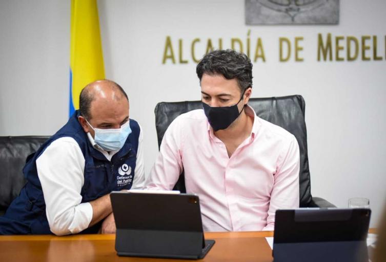 El defensor del Pueblo, Carlos Camargo, y el alcalde de Medellín, Daniel Quintero.