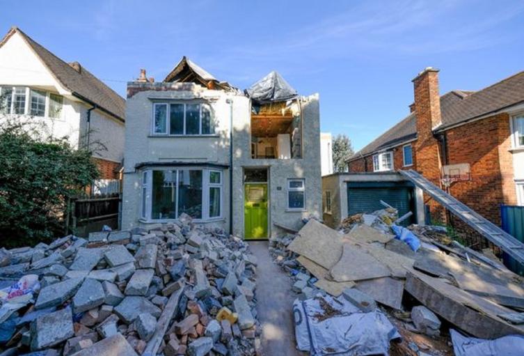 Albañil destrozó casa