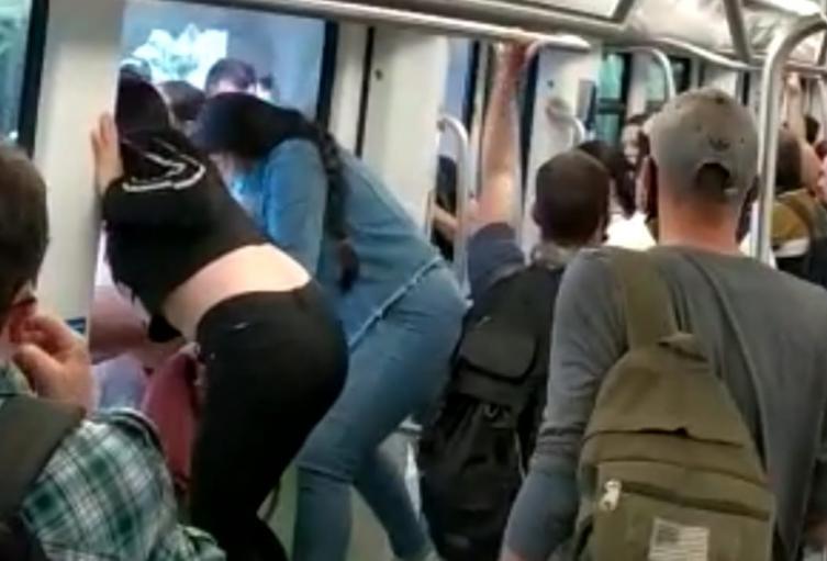 Usuarios del Metro rompieron las ventanas de los vagones, para escapar de gases lacrimógenos