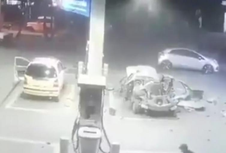 [Video] Carro explotó y voló marihuana por todas partes