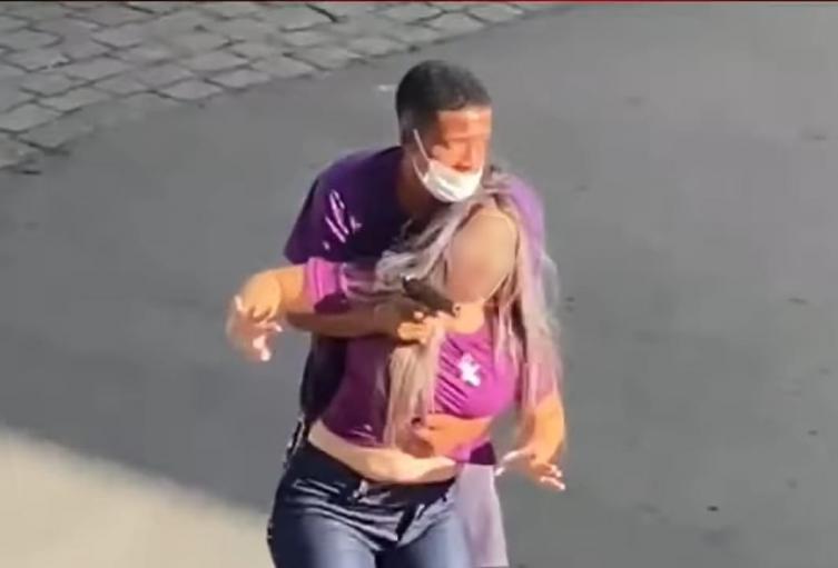 Policía abate a delincuente tras tomar de rehén a una joven durante robo