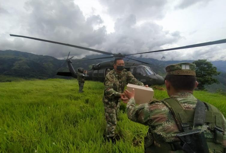 Ejército y Fuerza Aérea entregaron ayuda humanitaria a Ituango, Antioquia