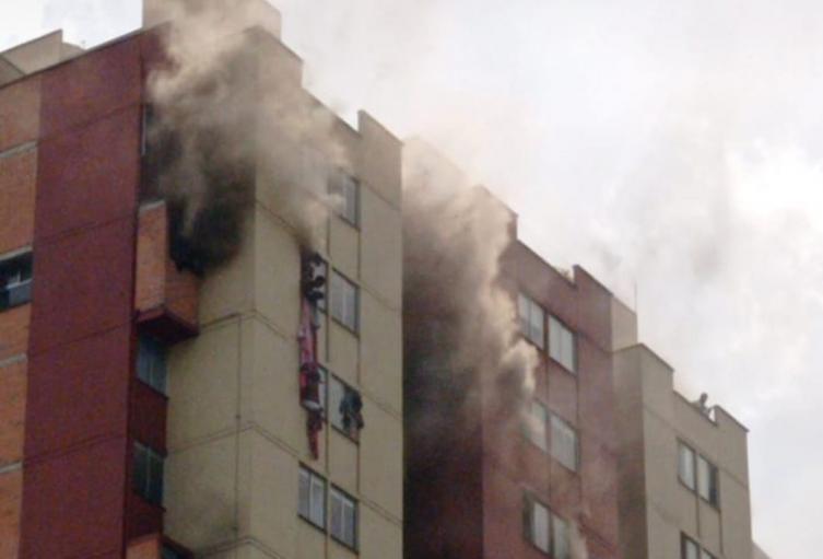 Emergencia por incendio en el shut de basuras de edificio en Medellín