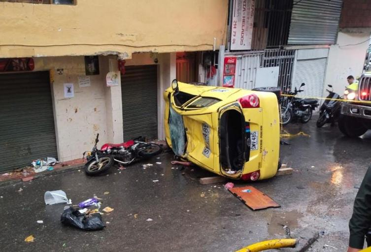 [Video] Taxista falleció tras chocar brutalmente contra una motocicleta en Medellín