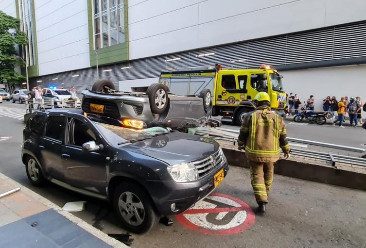 En Medellín accidente de vehículo tras caer de un tercer piso