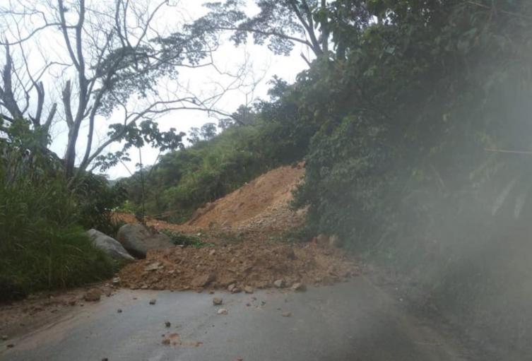Lugar del derrumbe en la vía Hatillo-Cisneros.