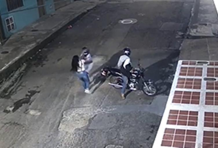En video: Parrillera con estaca de cuchillo apuñala hasta en el rostro a mujer en el barrio Pueblo Nuevo