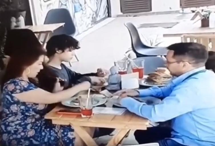 Familia pone cabellos a su comida para no pagar la cuenta