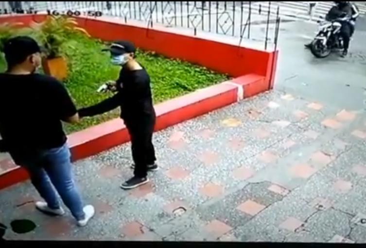 El presunto victimario es buscado por las autoridades.