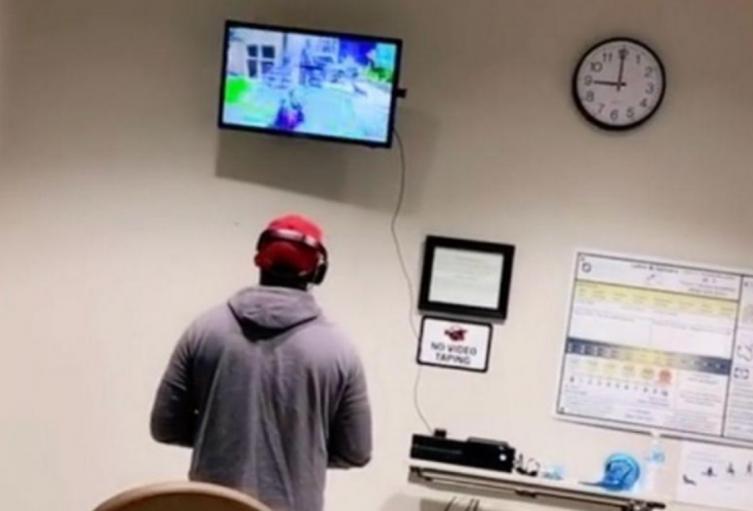 Joven juega en su Xbox mientras su esposa da a luz