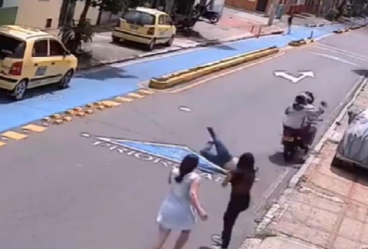 Mujer es arrastrada en Bucaramanga