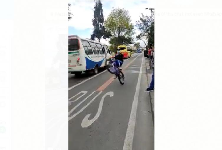 Jóvenes en bicicleta se les mandan con vehemencia a los carros