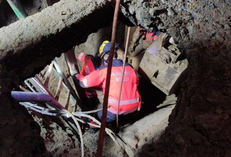 [Video] angustioso rescate de contratistas de EPM que cayeron a un hueco en Bello