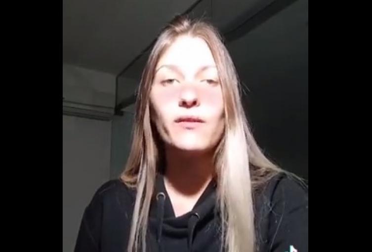 Mujer manifiesta tener problemas por ser linda