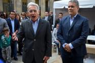 Senador Álvaro Uribe (izq.) y presidente Iván Duque